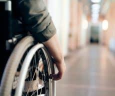 בן 17, נולד עם שיתוק מוחין, סורב כשניסה להפעיל את הביטוח הסיעודי